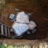 Viel Luft im Dolmen am Boden der Grube